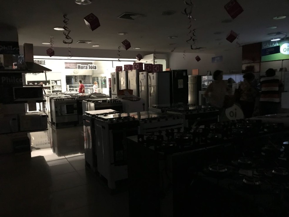 Sem energia, dois maiores shoppings de Natal fecharam as portas (Foto: Anna Karina Castro)