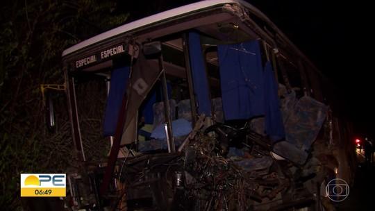 Três pessoas morrem e 20 ficam feridas após colisão entre ônibus, carro e caminhão em Gravatá; uma das vítimas estava grávida
