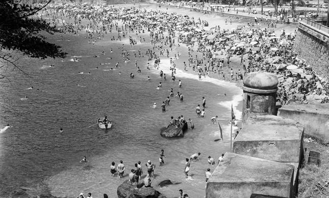Banhistas lotam a Praia Vermelha, na Urca, em 1961