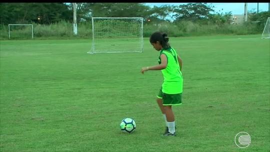 Aos 14 anos, menina que chutava pedaço de coco para simular bola é chamada para treinar em clube