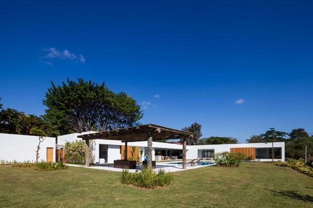 Casa de campo ganha vista para o jardim em todos os ambientes (Foto: Divulgação)