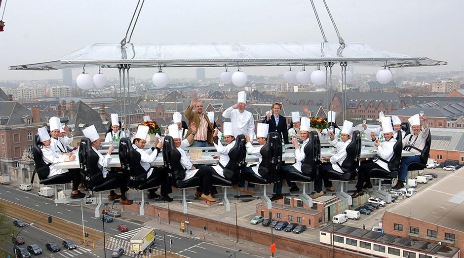 As refeições são servidas a 50 metro de altura (Foto: Reprodução/Dinner in the Sky)