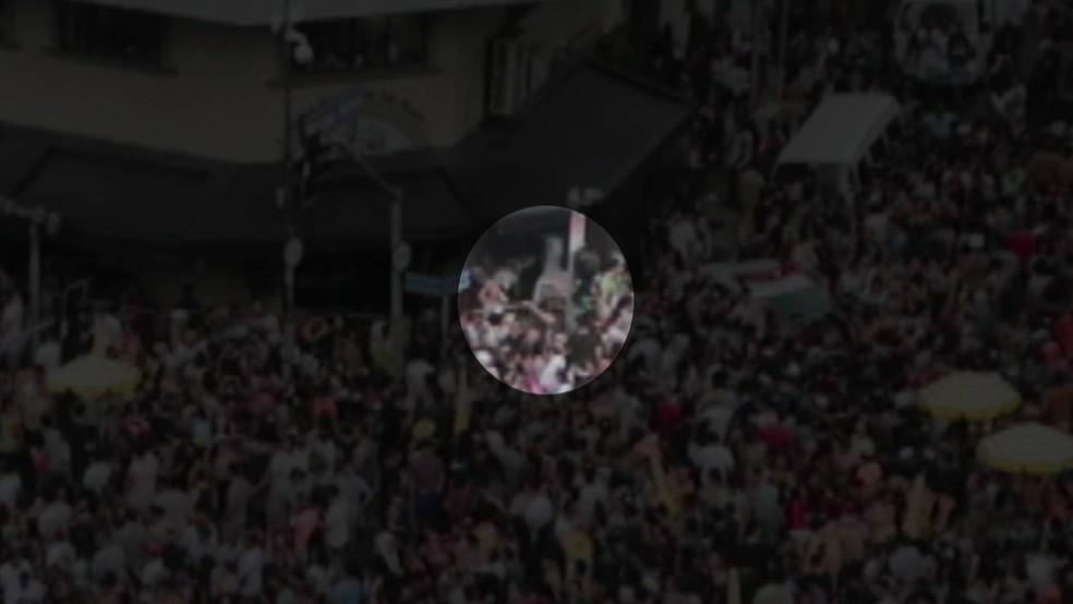 Vídeo mostra jovem caindo após encostar em poste (Foto: Reprodução/TV Globo)