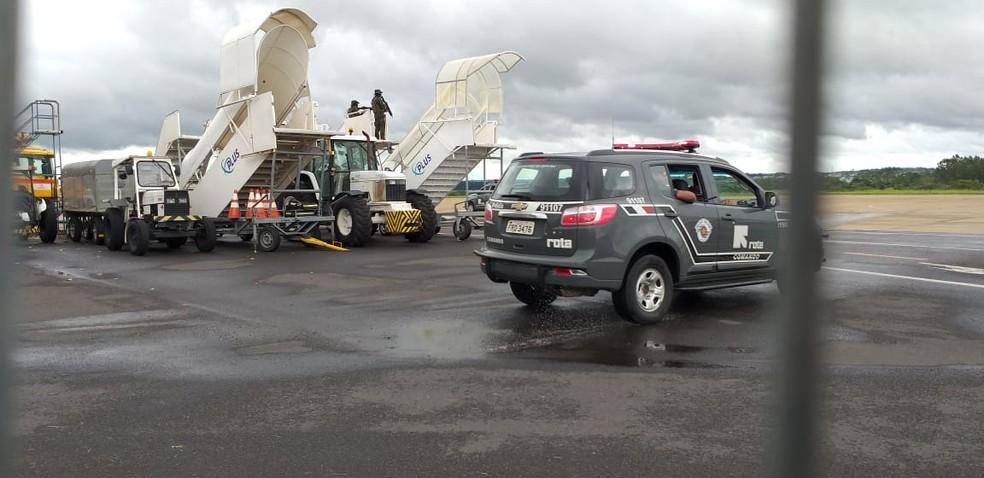 Viatura da Rota na pista do aeroporto de Presidente Prudente  — Foto: Heloise Hamada/TV Fronteira
