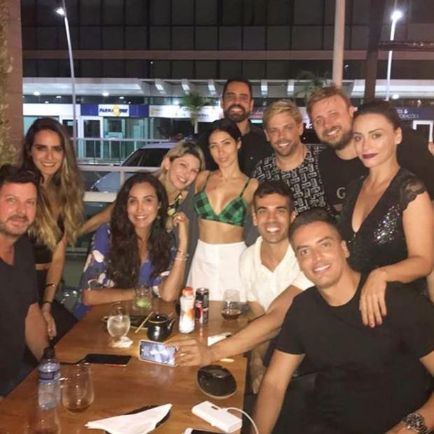 Simaria curtindo a noite carioca em um bar com amigos (Foto: Reprodução/Instagram)