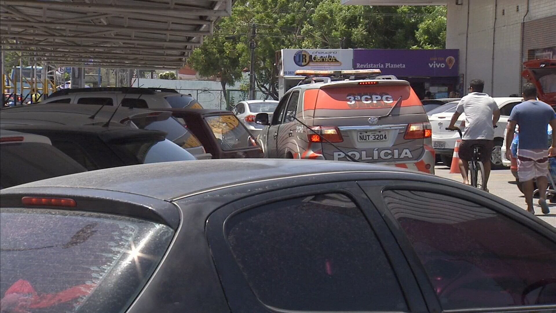 Homem reage a assalto e é morto no estacionamento de supermercado, em Fortaleza