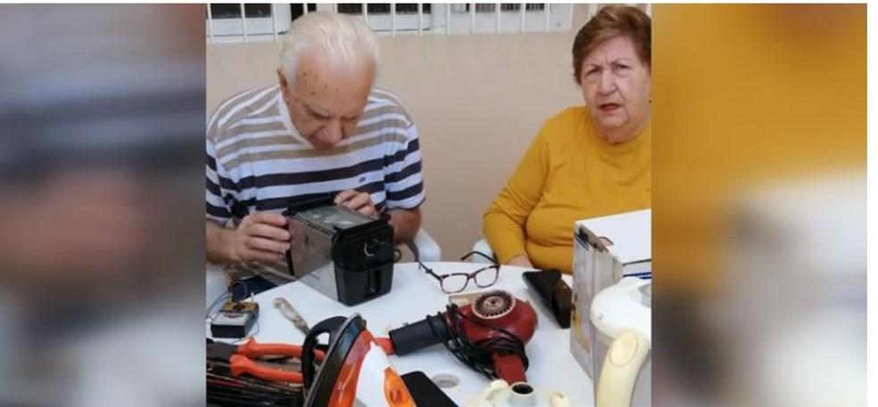 Casal de idosos de Araras conserta eletrodomésticos de graça durante o isolamento social — Foto: Reprodução/EPTV