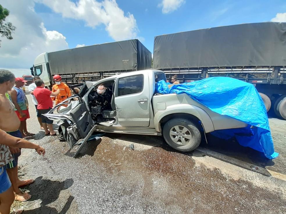 Homem morre após colisão entre caminhonete e carreta na BR-135, no Maranhão — Foto: Divulgação/PRF