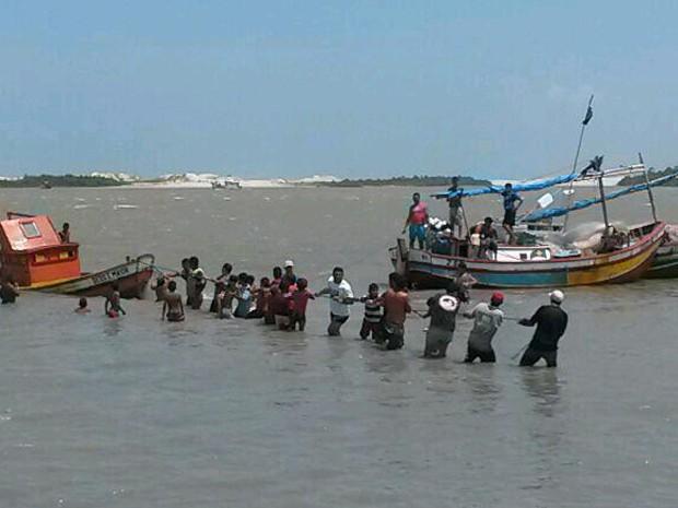 Populares ajudam a resgatar embarcação que levava desaparecidos (Foto: Douglas Pinto/TV Mirante)