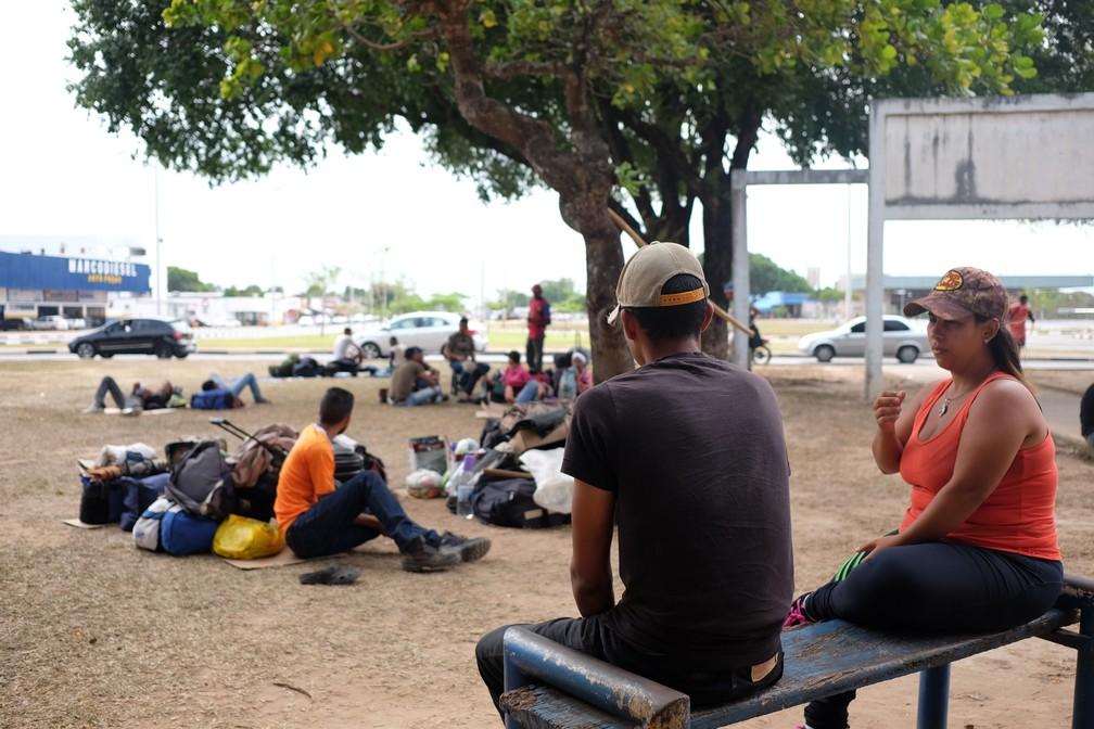 Centenas de migrantes recém-chegados a Roraima está abrigados em uma praça na capital (Foto: Inaê Brandão/G1 RR)