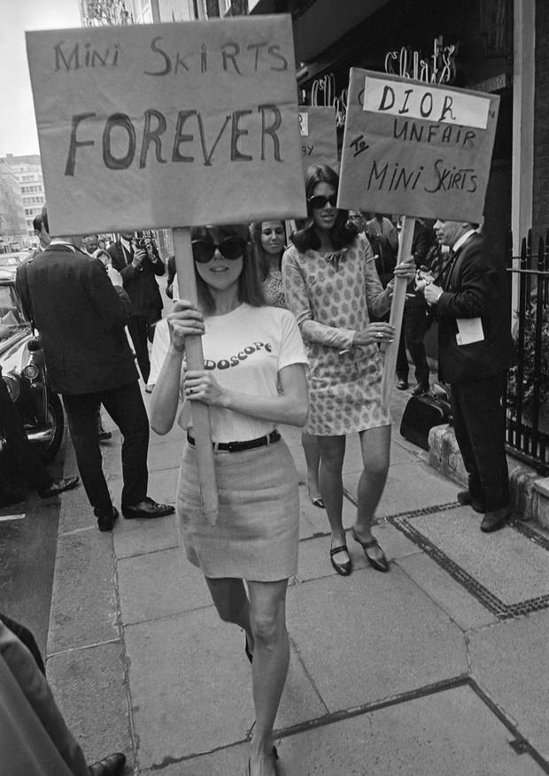 1966: protesto à favor da mini saia em frente a Christian Dior (Foto: Getty Images)