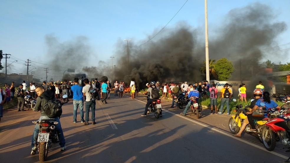 Manifestantes interditam Km 3 da BR-135 no Maranhão (Foto: Douglas Pinto/TV Mirante)