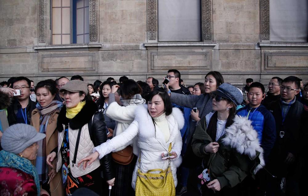 Turistas deixam museu do Louvre após soldado atirar em suspeito armado com faca nesta sexta-feira (3) (Foto: Thibault Camus/ AP)