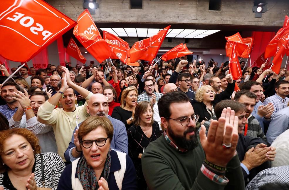 Eleitores do partido de esquerda PSOE comemoram resultados das eleições na Espanha — Foto: Sergio Perez/Reuters