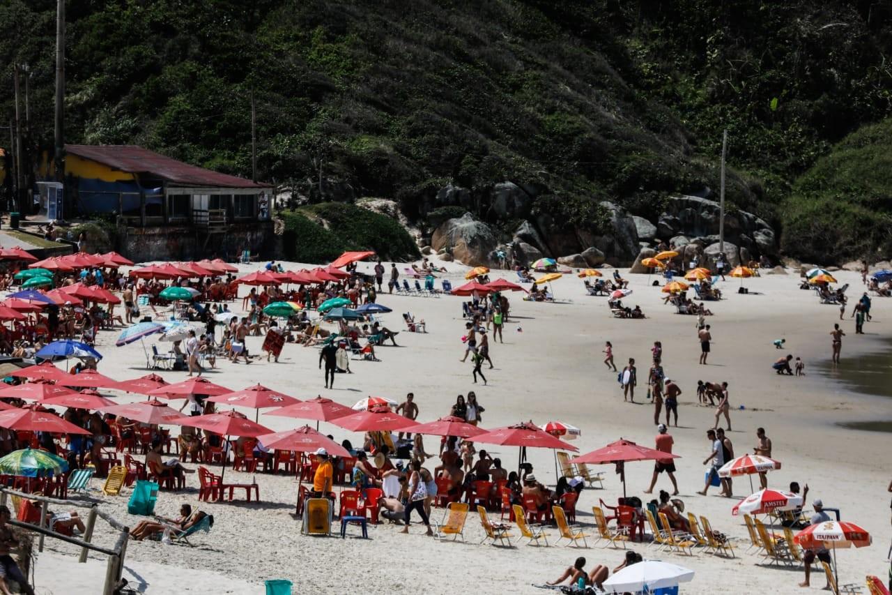 Florianópolis registra concentração de pessoas em praia neste sábado
