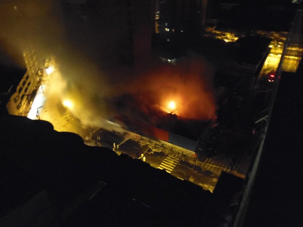 Moradora registrou, às 3h, chamas no interior do supermercado Extra, em Petrópolis (Foto: Camylla Costa/Arquivo Pessoal)