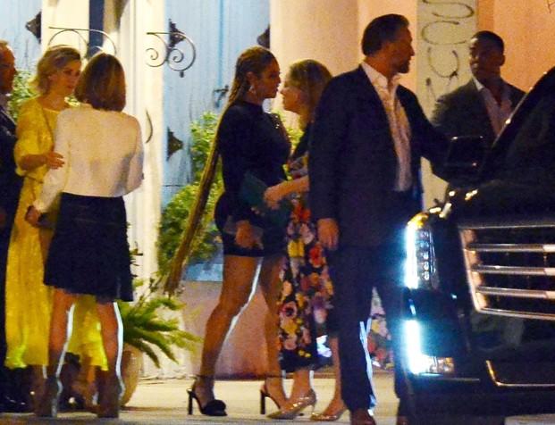 Beyoncé com Jay-Z e amigos (Foto: BackGrid)