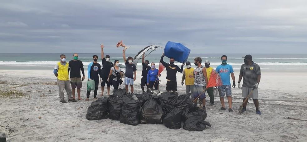 Grupo se reúne para retirar lixo do mar em Arraial do Cabo — Foto: Divulgação