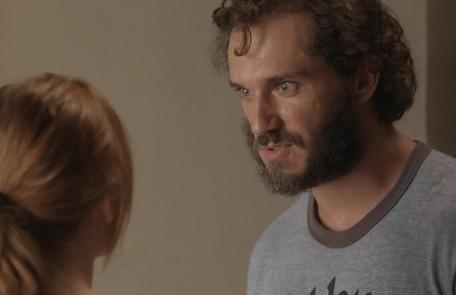 Na quarta-feira (5), Dino ameaça Eliza com um revólver na delegacia e entra numa luta corporal com Arthur (Fabio Assunção), até que a arma dispara TV Globo