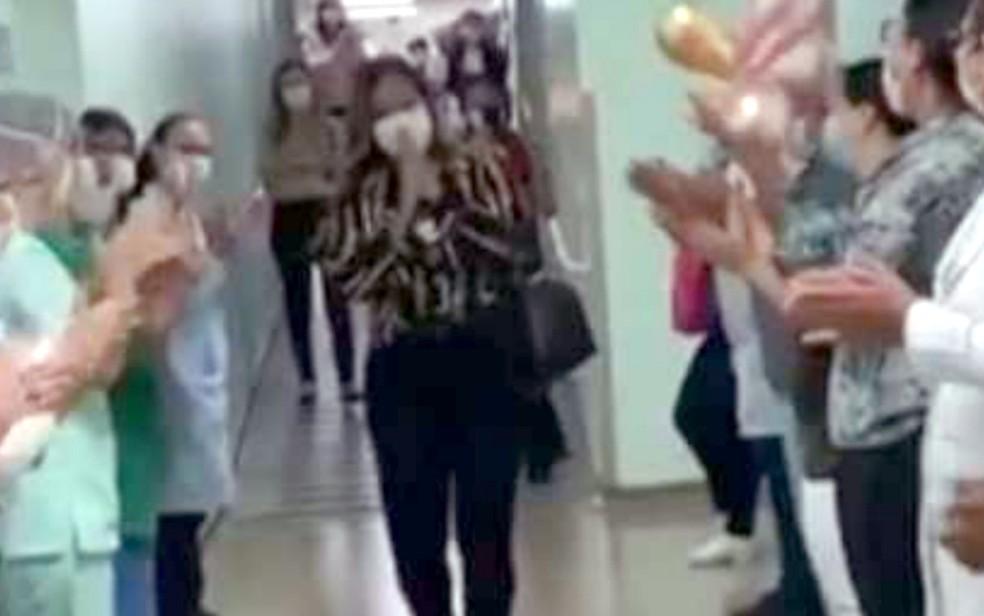 Patricia Lisboa é recebida com aplausos ao voltar a trabalhar — Foto: Reprodução/TV Anhanguera