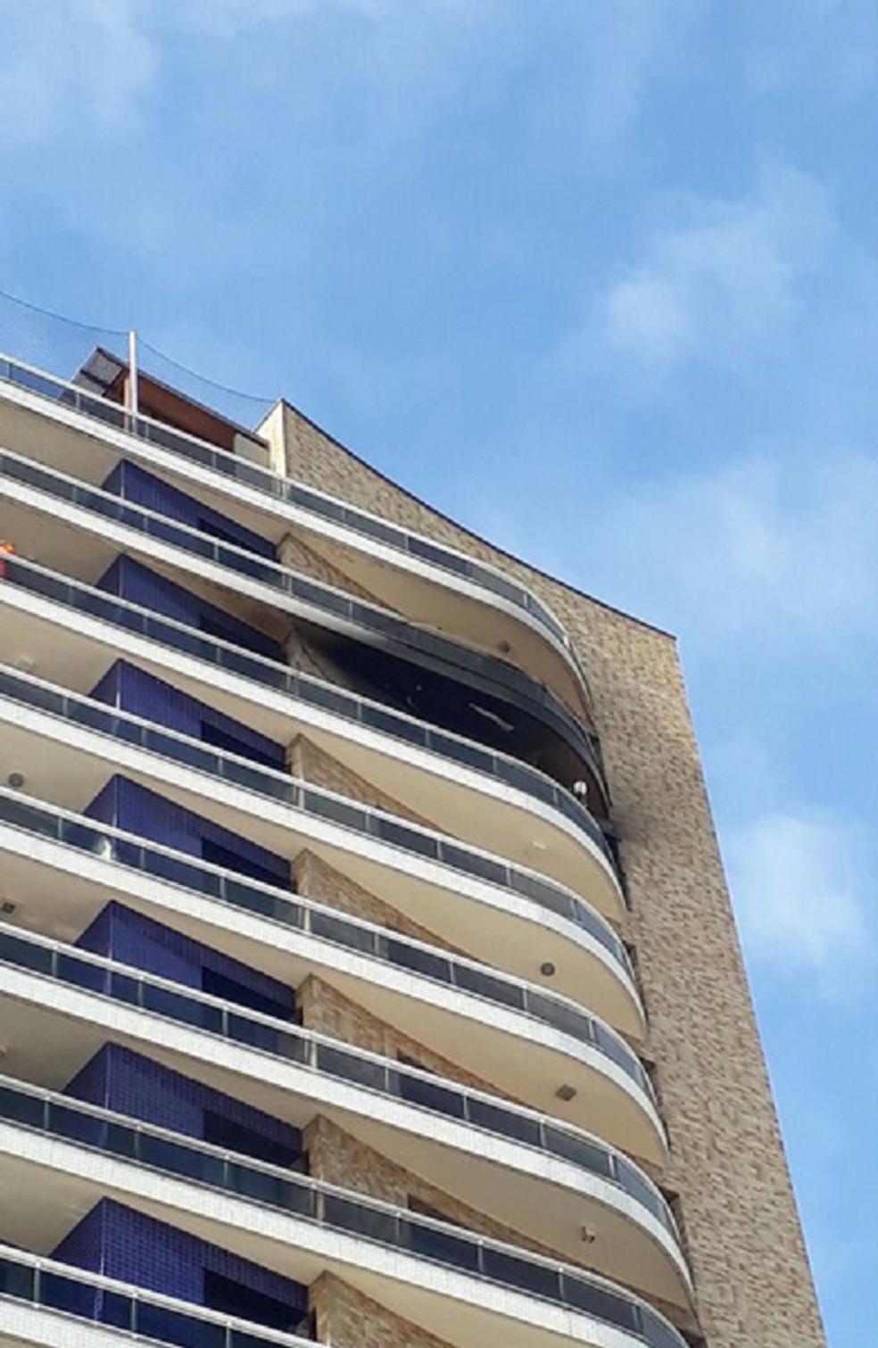 -  De acordo com o Corpo de Bombeiros, as chamas iniciaram por volta das 5 horas e atingiram o 15º andar do prédio.  Foto: Reprodução/TV Verdes Mares