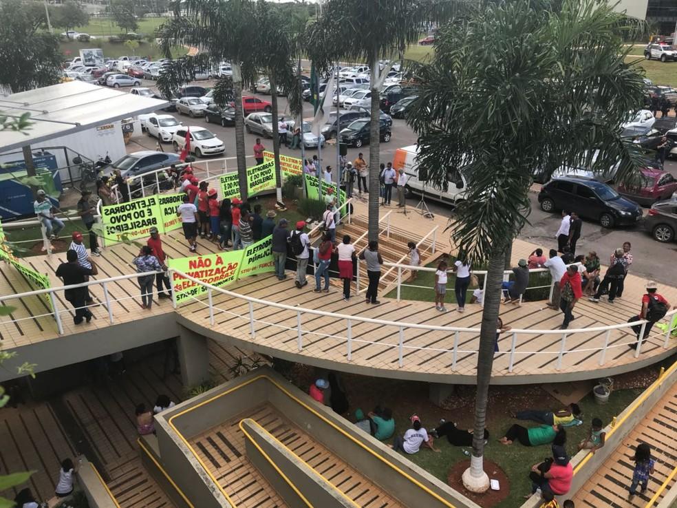 Manifestantes bloqueiam entrada de prédio onde está prevista para acontecer assembleia sobre privatização de distribuidoras da Eletrobras (Foto: Laís Lis/G1)