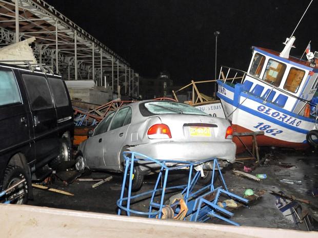 Veículos e barcos foram atingidos após um tsunami que atingiu Iquique, no Chile. Um forte terremoto de magnitude 8,2 atingiu a costa do norte do país (Foto: Cristian Vivero/Reuters)