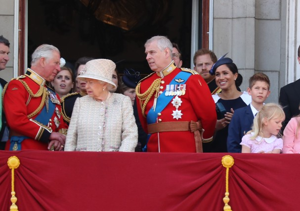LONDON, ENGLAND - JUNE 08: Queen Elizabeth II, Meghan, Duchess of Sussex, Prince Harry, Duke of Sussex on the balcony of Buckingham Palace during Trooping The Colour, the Queen's annual birthday parade, on June 08, 2019 in London, England. (Photo by Neil (Foto: GC Images)