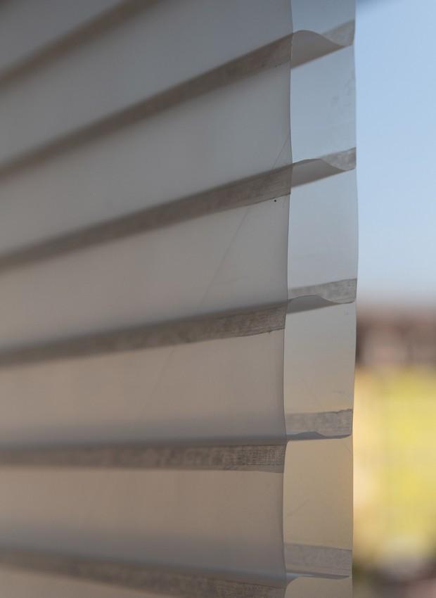 Com o visual parecido ao de venezianas, as janelas são se baixo custo, fácil instalação e durabilidade (Foto: Dezeen/ Reprodução)