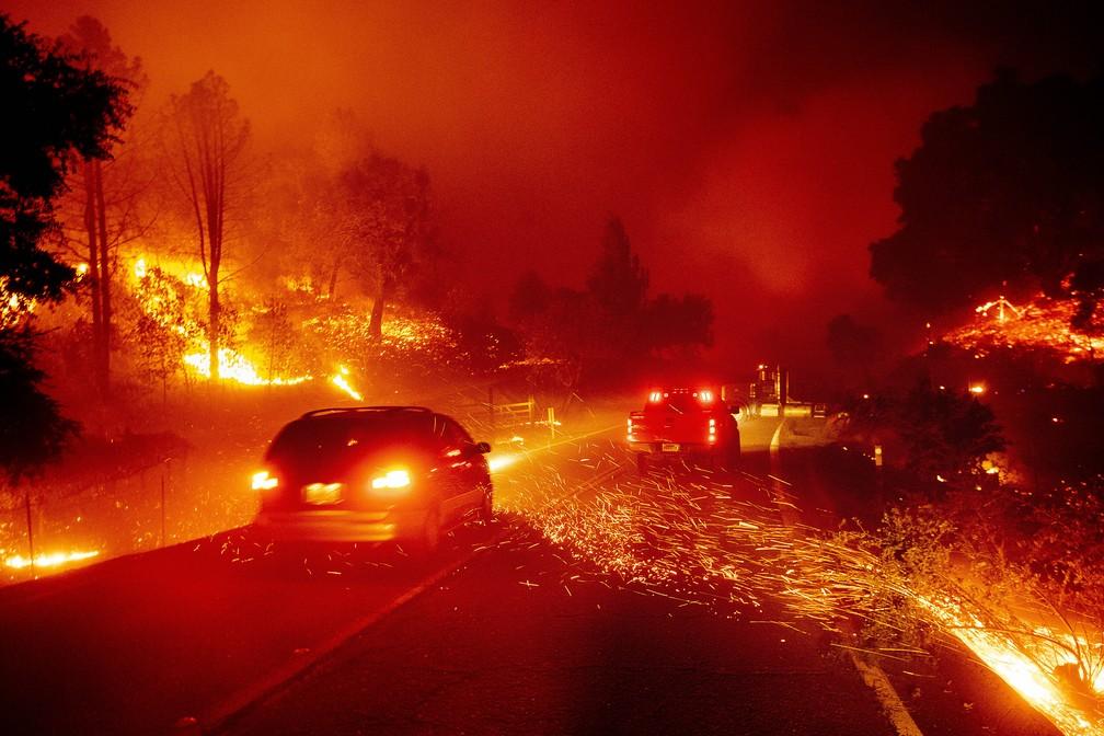 Drivers drive through the fire in California this Thursday (24) - Photo: Noah Berger / AP Photo