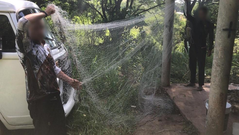 Rede de pesca foi apreendida com pescadores em Jumirim — Foto: Polícia Militar Ambiental/Divulgação
