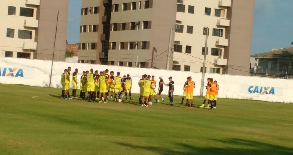 Itamar Schüle conversa com os jogadores antes do treino (Foto: Leonardo Erys/GloboEsporte.com)