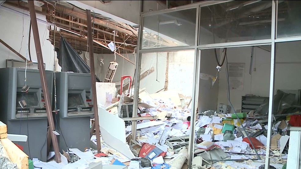Agência do Bradesco ficou completamente destruída após ação criminosa em Arame — Foto: Reprodução/TV Mirante