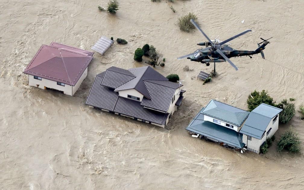 Helicóptero da Força de Autodefesa do Japão sobrevoando áreas residenciais inundadas — Foto: Kyodo / via Reuters