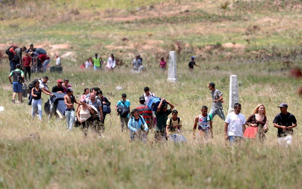 Travessia da fronteira entre Brasil e Venezuela, em foto de 2019 — Foto: Ricardo Moraes / Reuters