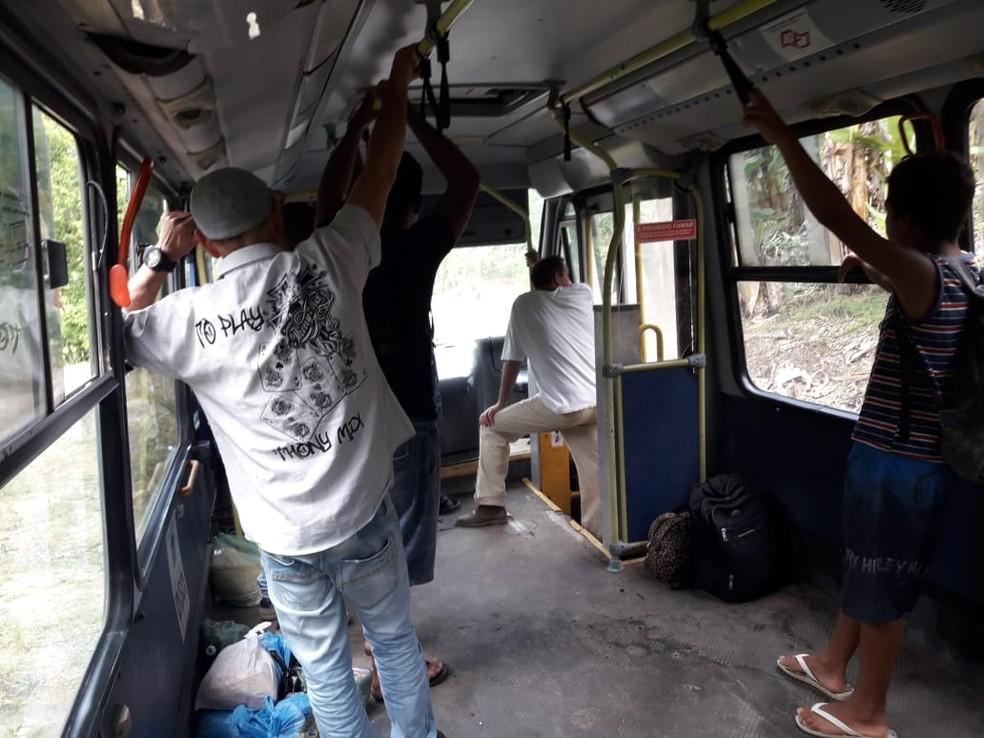 Passageiros vão em pé em trajeto de ônibus por falta de bancos em Miracatu, Vale do Ribeira — Foto: G1 Santos