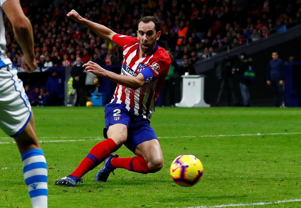 6ed88f88ebf59 Zagueiro Godín marca o gol da vitória do Atlético de Madrid sobre o  Athletic Bilbao. Zagueiro