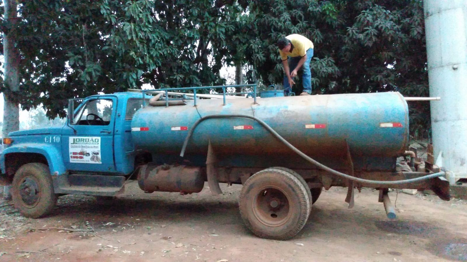 Motorista usa caminhão-pipa para levar água de graça e ajudar moradores afetados por incêndios em Batatais, SP