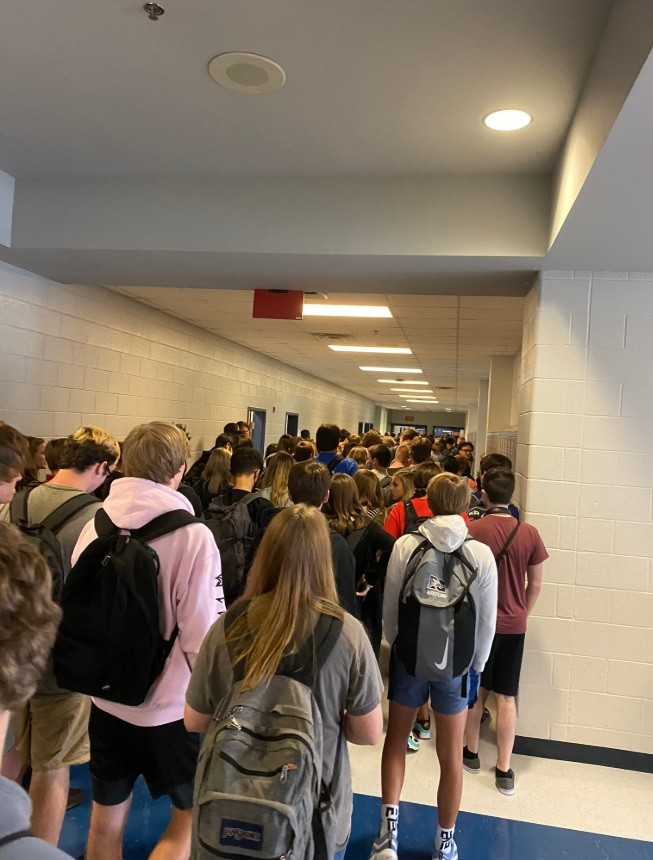 Students are punished for sharing a photo of a crowded school hall in the USA (Photo: reproduction / twitter)