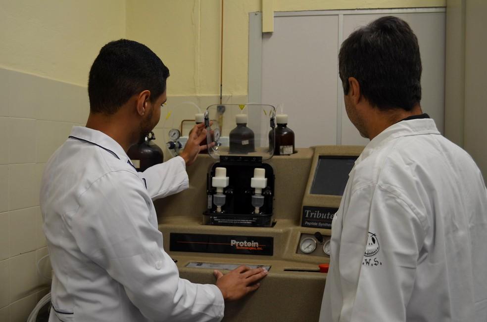 Pesquisa é realizada em parceria entre o Laboratório de Síntese e Estudos de Biomóleculas (Lasebio) o Laboratório de Estudos Genômicos (Lego). — Foto: Geovana Alves/G1