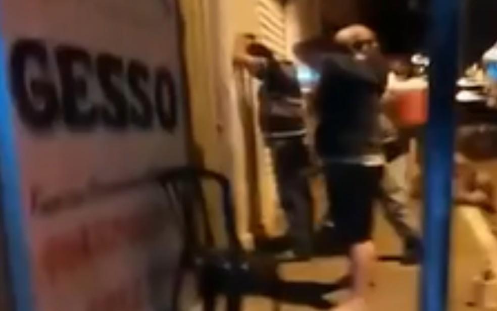 Outras duas pessoas foram presas em distribuidora que secretário levou tiro no pé da PM, em Damolândia, Goiás — Foto: Reprodução/TV Anhanguera