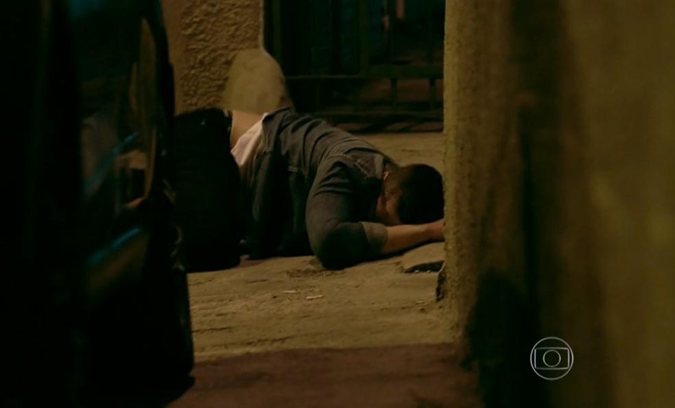 Vicente (Rafael Cardoso) pula na calçada para não ser atropelado por Fernando (Erom Cordeiro) - 'Império' — Foto: Globo