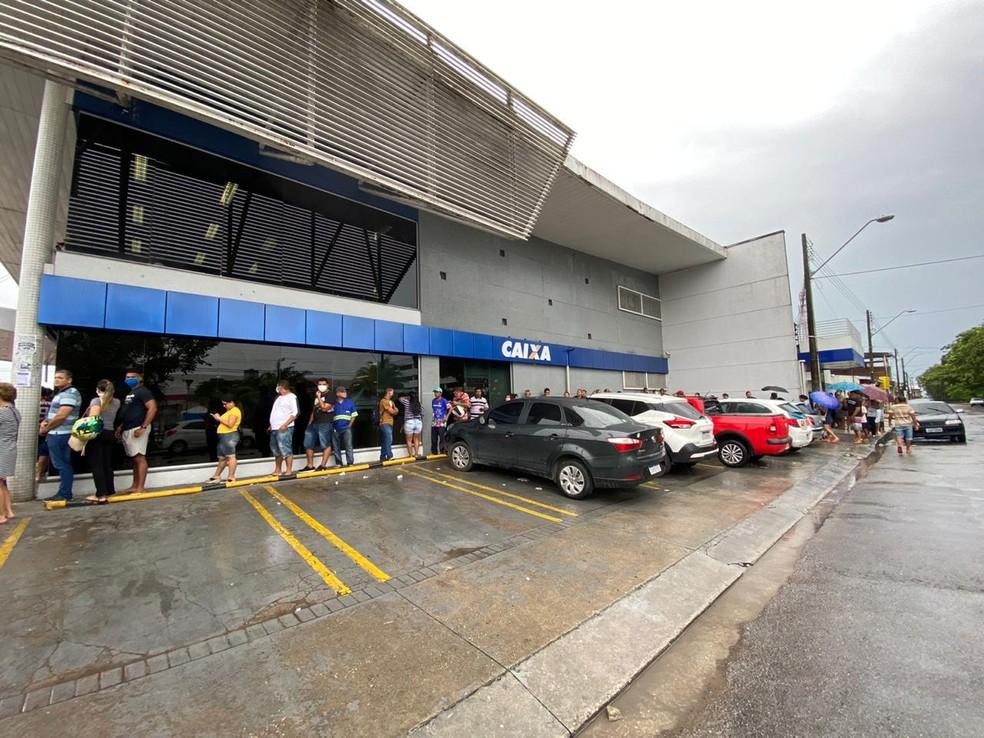 Agências bancárias de Manaus acumulam filas para saque de auxílio emergencial liberado nesta quinta-feira — Foto: Carolina Diniz