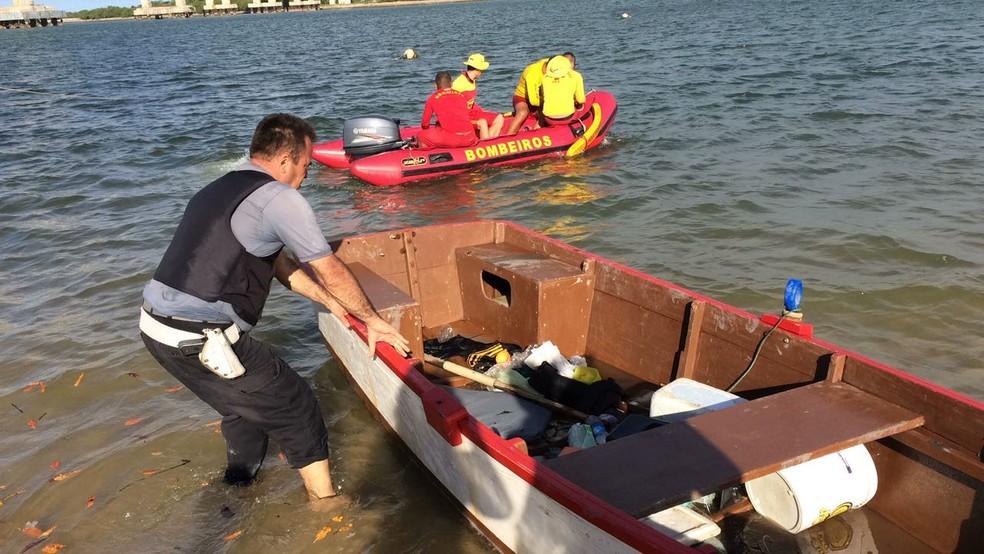 Canoa estava no Rio Potengi desde que PMs trocaram tiros com criminosos (Foto: Heloísa Guimarães/Inter TV Cabugi)