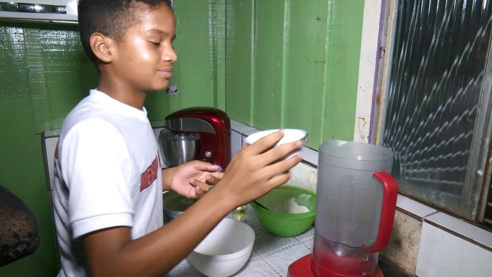 Aos seis anos, garoto pediu para mãe fazer um bolo que ela iria fazer e desde então, novas receitas surgiram.  — Foto: Rede Amazônica/Reprodução