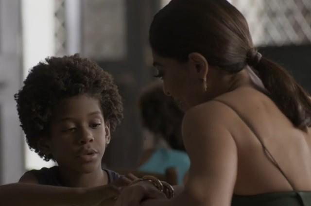 Carolina (Juliana Paes) e Gabriel (Ícaro Zulu) em 'Totalmente demais' (Foto: TV Globo)