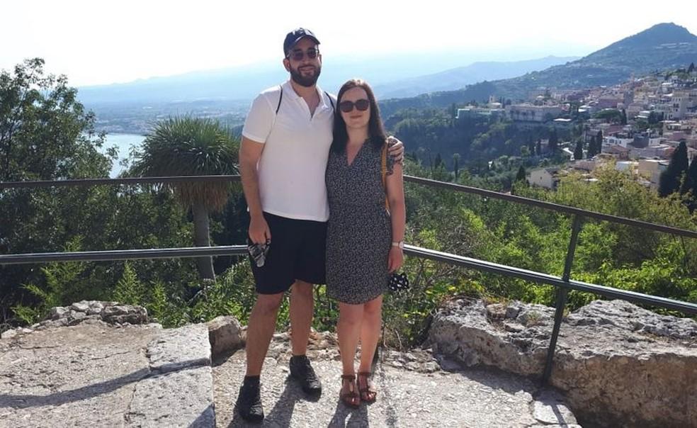 """O engenheiro espanhol Rafael Ruiz Muñoz e sua namorada Marta moram em um apartamento em Manchester que """"da noite para o dia"""" passou a ser considerado perigoso — Foto: Arquivo pessoal/BBC"""