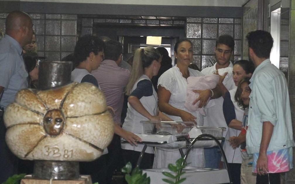 ivete sangalo e familia 1 2 - Quatro dias após parto de gêmeas, Ivete Sangalo deixa hospital em Salvador: 'Estão ótimas, cheias de saúde', diz cantora