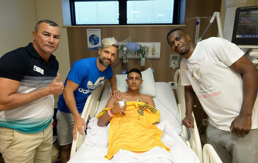 Diego e Juan na visita dos jogadores aos sobreviventes — Foto: Alexandre Vidal/Flamengo