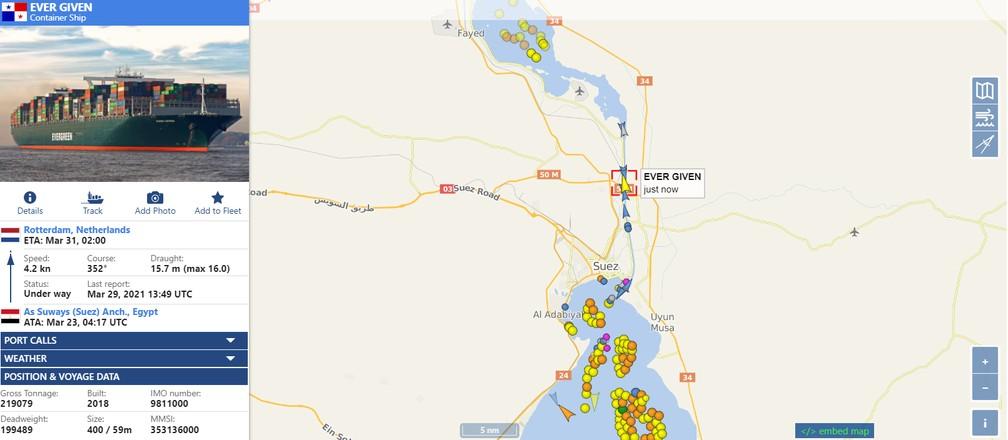 Imagem do site vesselfinder.com mostra o Ever Given já navegando pelo Canal de Suez e centenas de navios à espera do liberação do tráfego — Foto: Reprodução/vesselfinder.com